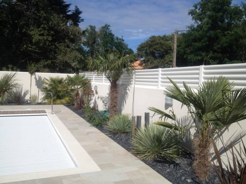 Palissade en pvc jardin excellent jardin a la francaise for Barriere de jardin pvc